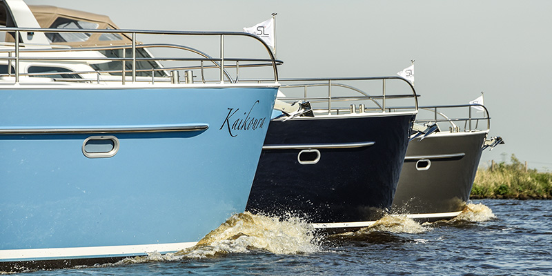Sleek shape and straight stern and prow