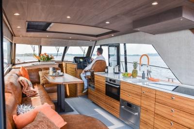 Twee Discovery's op Motorboot Sneek