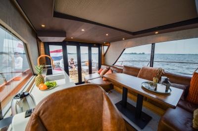 Super Lauwersmeer met twee modellen op HISWA te Water 2018