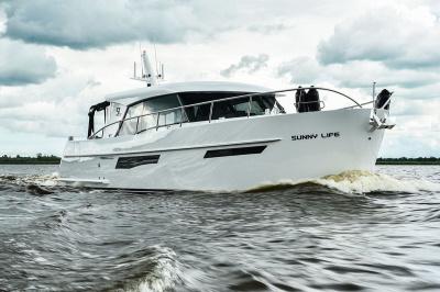 Super Lauwersmeer met twee jachten op Motorboot Sneek